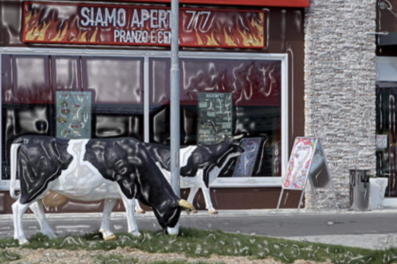 Due Mucche di Plastica fuori da un hamburgeria