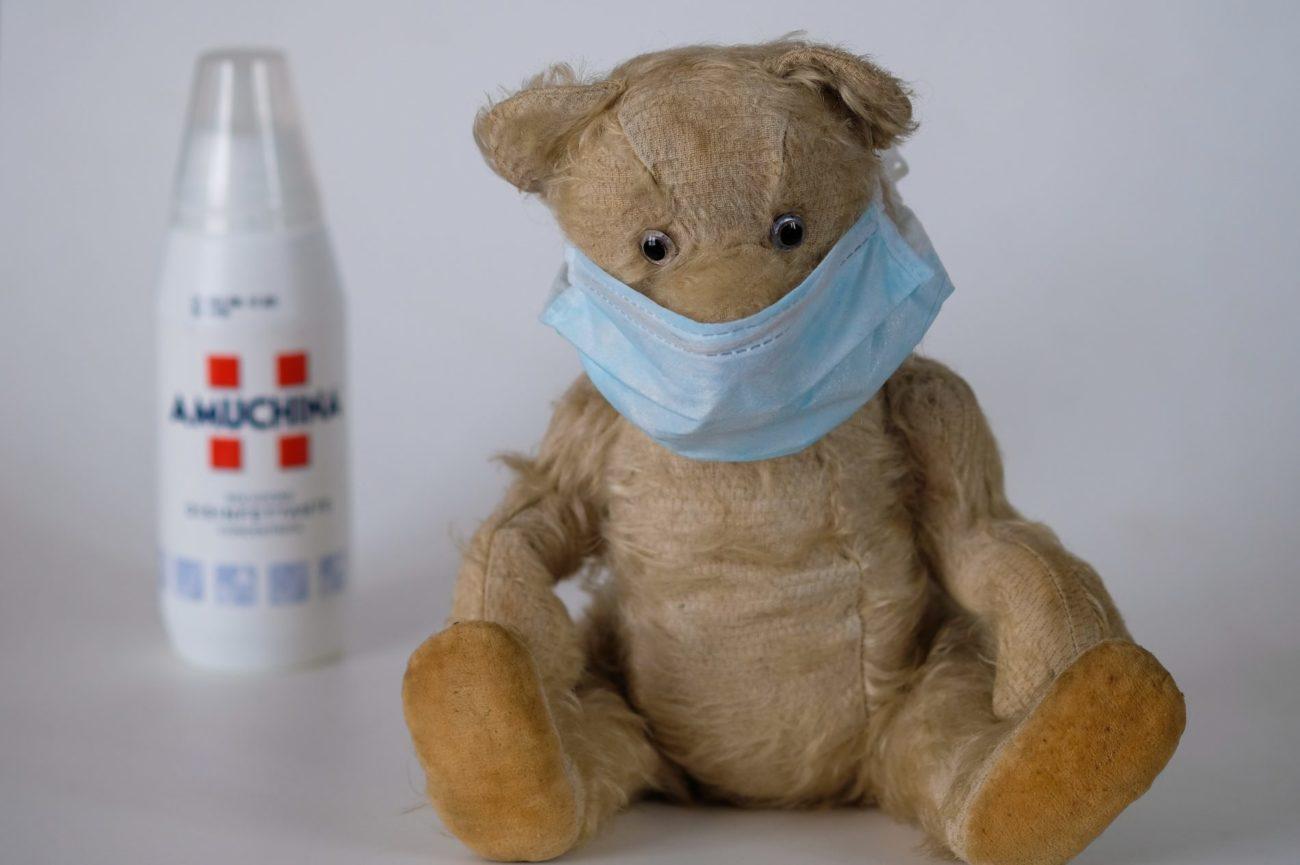 Orso Peluche con una mascherina chirurgica