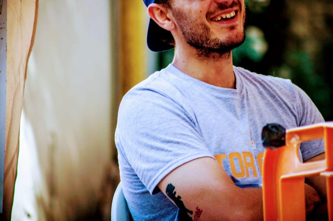 Foto di ragazzo con Cappellino rovesciato, T Shirt e Tatuaggio