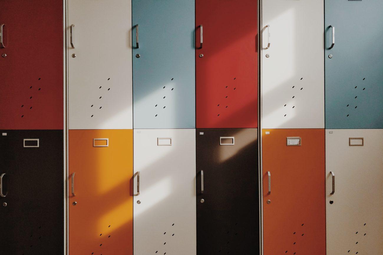 Due file di armadietti colorati